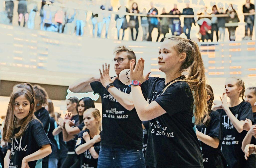 Tanzschüler machen im Milaneo Werbung für ein Konzert. Foto: Lichtgut/Verena Ecker