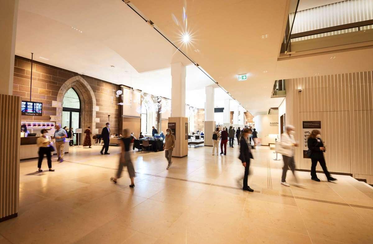 Schön hell und viel Platz zum Sitzen: die umgestaltete Dürnitz-Halle kommt bei den Besuchern gut an. Foto: Lichtgut/Julian Rettig