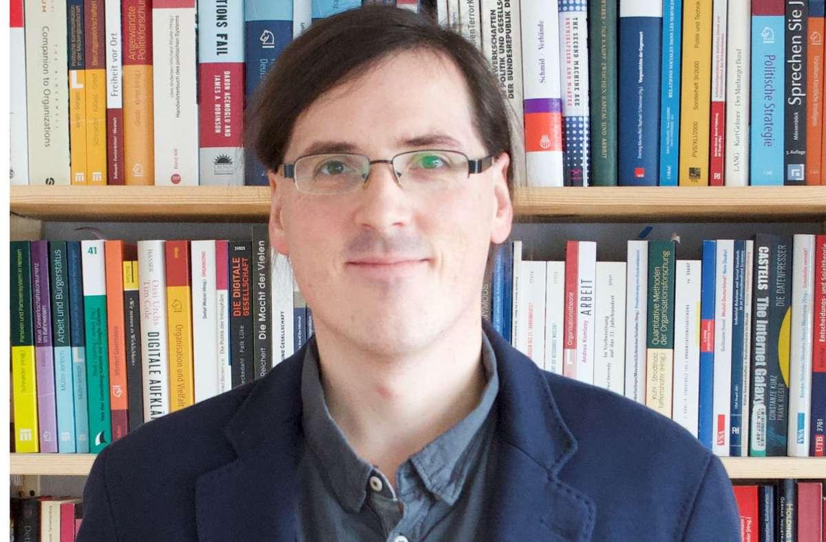 """Samuel Greef ist  Politologe und Informatiker. Er arbeitet an der Universität Kassel zu den Forschungsschwerpunkten Digital- und Netzpolitik, Digitalisierung, Industrie 4.0 und vertritt die Professur """"Politisches System der BRD"""". Foto: privat"""
