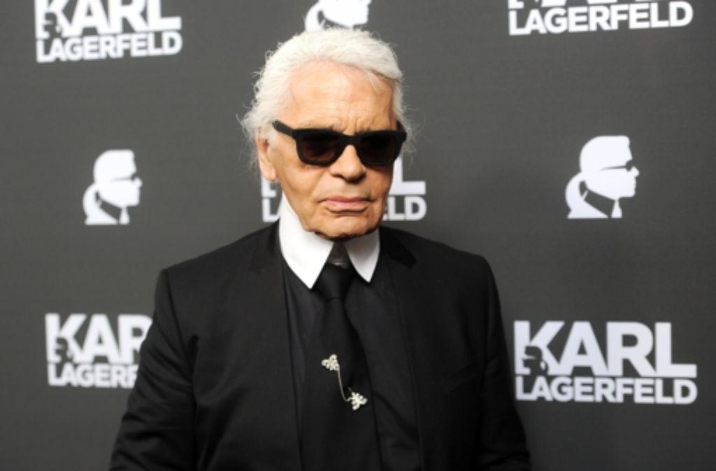 So kennt man ihn: Schwarze Sonnenbrille, weißes gepudertes Haar, Mozartzopf und Stehkragen. An diesem Donnerstag wird Karl Lagerfeld 80. Mutmaßlich. Foto: dpa
