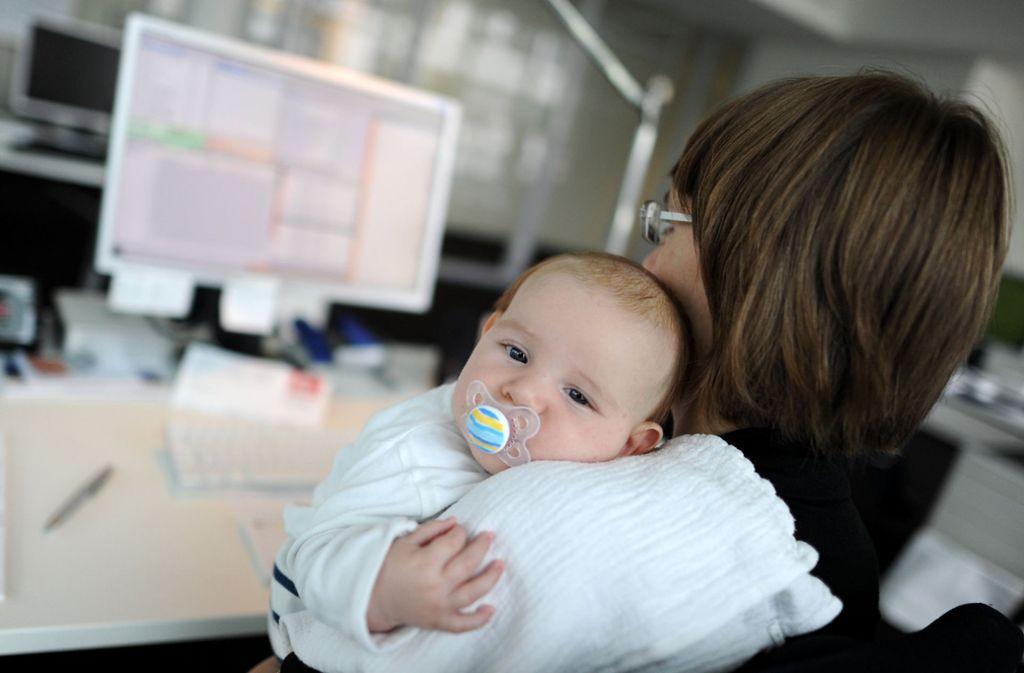 Der Wiedereinstieg nach der Elternzeit  ist für Mütter  schwer. Etwas mehr  Zeitflexibilität bewirkt  viel. Foto: dpa