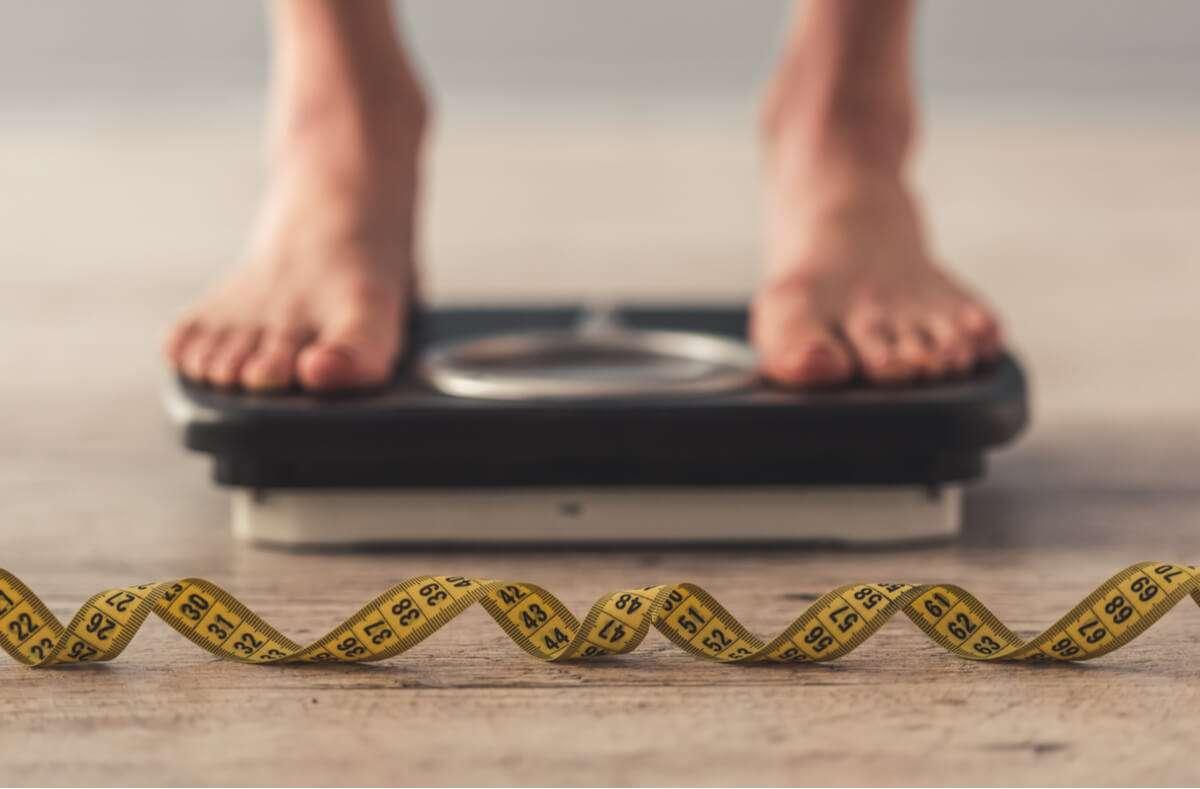 Erfahren Sie, was wirklich gegen Untergewicht hilft. Mit diesen 14 Tipps nehmen Sie schnell und gesund zu. Foto: VGstockstudio / Shutterstock.com