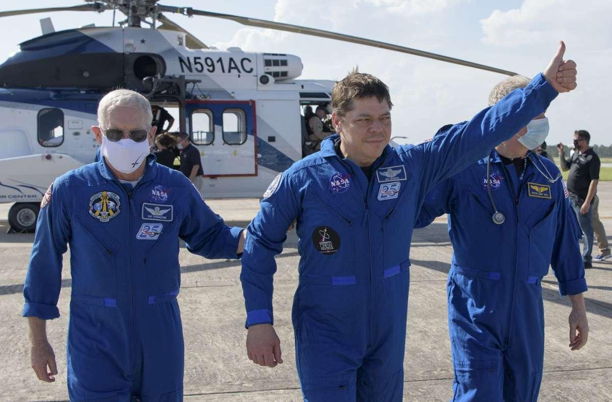 "US-Astronaut Robert Behnken (Mitte) zeigt an: ""Alles ok!"". Foto: dpa/Bill Ingalls"