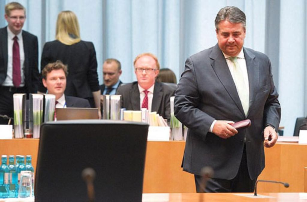 Der SPD-Parteivorsitzende und Wirtschaftsminister, Sigmar Gabriel (vorne, rechts), steht am Donnerstag in Berlin bei einer öffentlichen Sitzung des Edathy-Untersuchungsausschusses des Bundestags. Foto: dpa