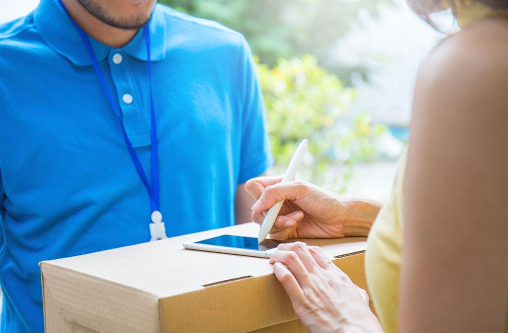 Bei der Paketannahme für unbekannte Nachbarn ist Vorsicht geboten. Foto: Shutterstock/paulaphoto