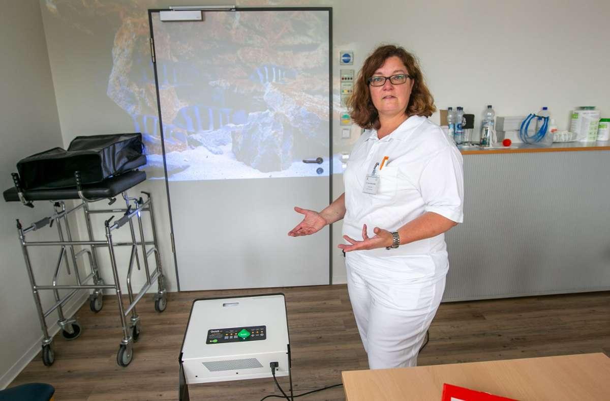 """Mit dem Qwiek.up kann Ulrike Wortha-Weiß im Klinkum Esslingen auch dementen Patienten helfen, sich zu """"erinnern"""". Foto: Roberto Bulgrin/bulgrin"""