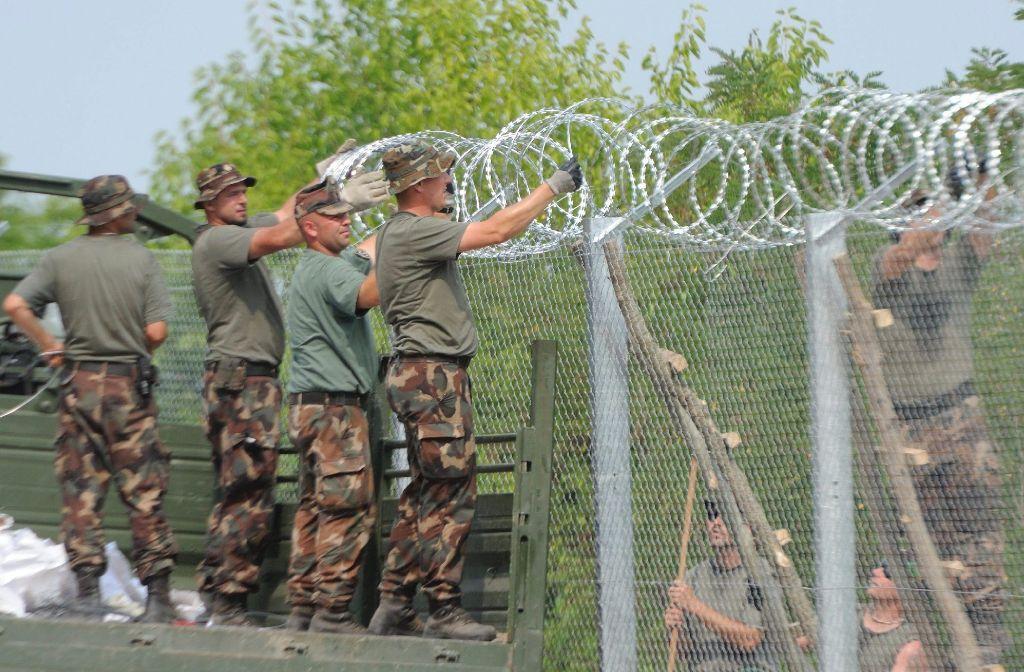 Mit einem vier Meter hohen Zaun will Ungarn Flüchtlinge aus Serbien von der Einreise abhalten. Quelle: Unbekannt