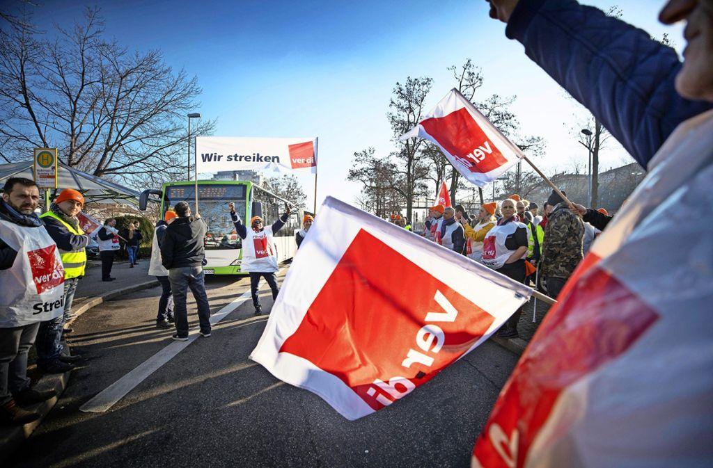 Bei einer Kundgebung am Waiblinger Bahnhof haben rund 50 Busfahrer ihre Position im Tarifstreit deutlich gemacht. Foto: Gottfried Stoppel