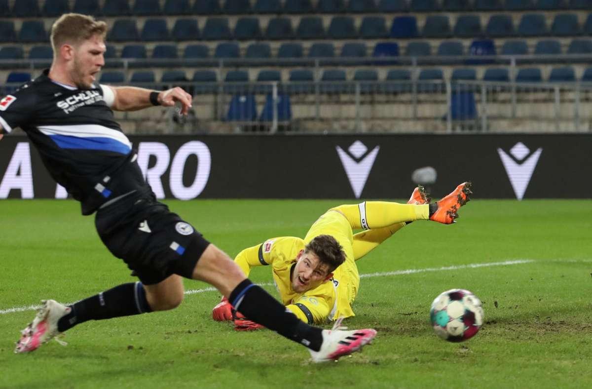 Damit begann das Unheil des VfB auf der Alm: Fabian Klos schießt zum 1:0 für die Gastgeber ein, VfB-Keeper Gregor Kobel ist machtlos. Foto: dpa/Friso Gentsch