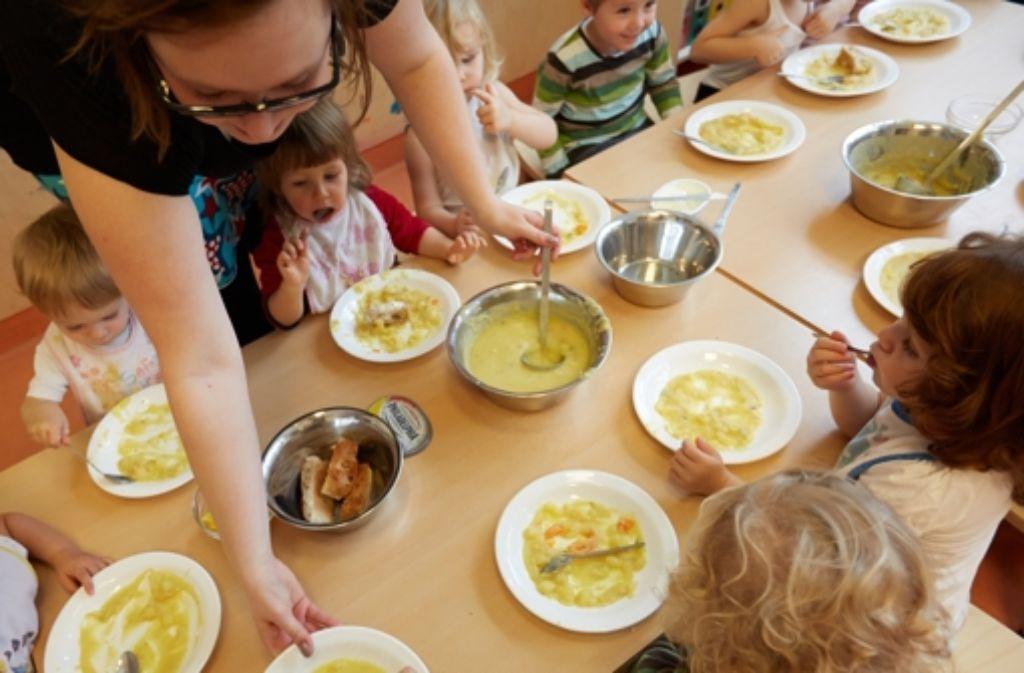 Für das Essen in den Einrichtungen müssen die Eltern zahlen – auch wenn es an Streiktagen gar nicht serviert wird. Foto: dpa