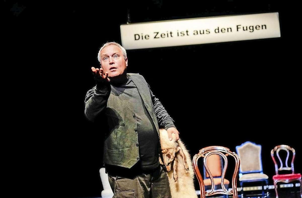 """Aus den Fugen: Andreas Klaue in """"Heute weder Hamlet"""" Foto: Tobias M/etz/Altes Schauspielhaus"""