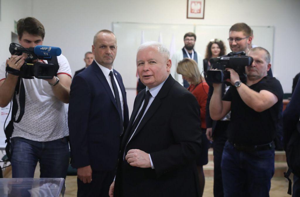 Jaroslaw Kaczynski, Vorsitzender der Regierungspartei PiS (im Wahllokal, Mitte), hat einen Rekordsieg eingefahren. Foto: dpa/Tomasz Gzell