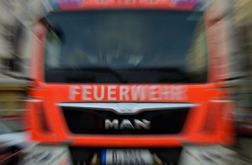 Brennender Lastwagenanhänger blockiert Verkehr