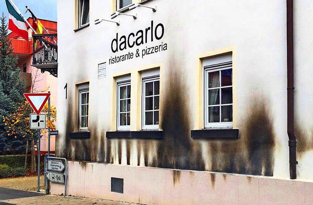 Von Flammen gezeichnet: Die Fassade der Pizzeria Da Carlo in Gerlingen (Kreis Ludwigsburg). Foto: StZ