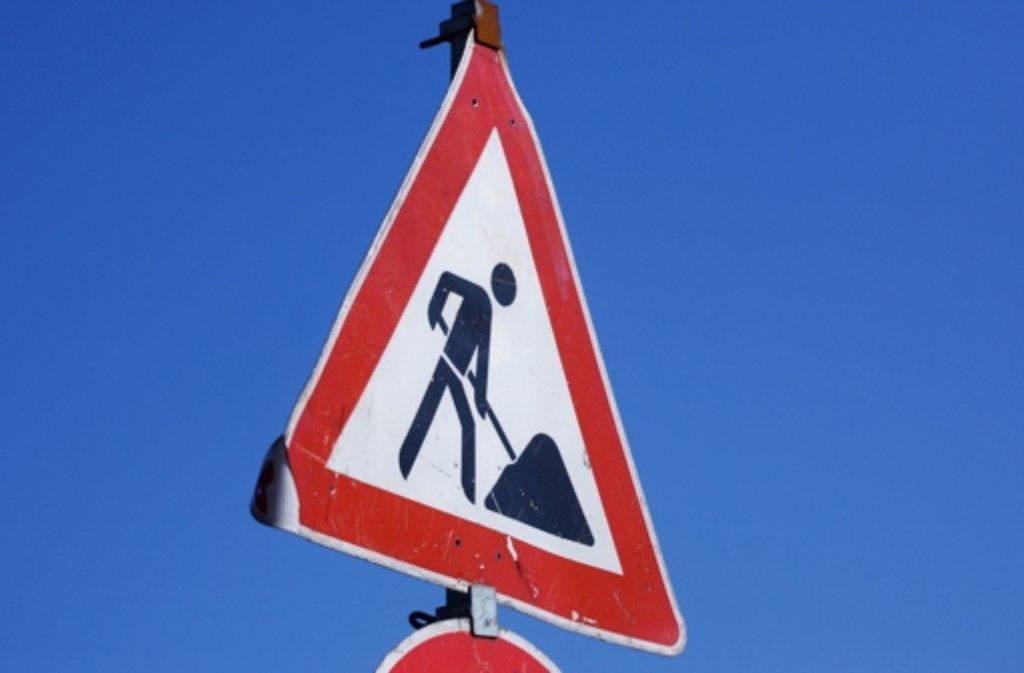 Nach einem Wasserrohrbruch am Sonntag muss in Stuttgart-Mitte die Straße repariert werden. Foto: dpa/Symbolbild