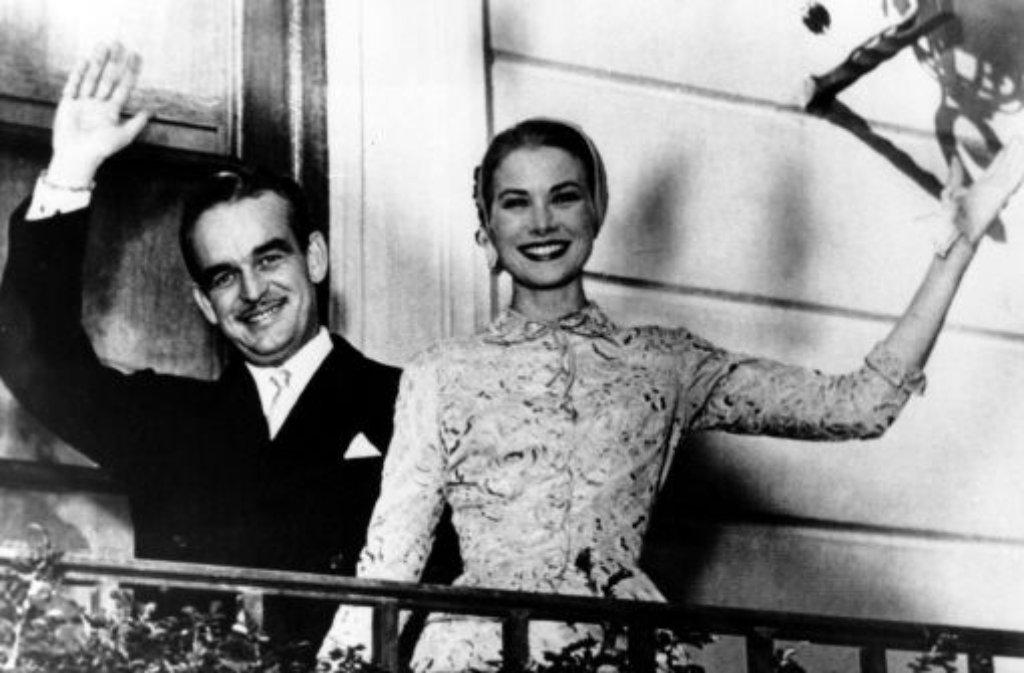 1955 lernt Grace Kelly auf dem Filmfestival von Cannes Fürst Rainier von Monaco kennen. Der Junggeselle ist von der amerikanischen Schönheit hingerissen und hält sofort bei ihren Eltern in Philadelphia um ihre Hand an. Foto: AP