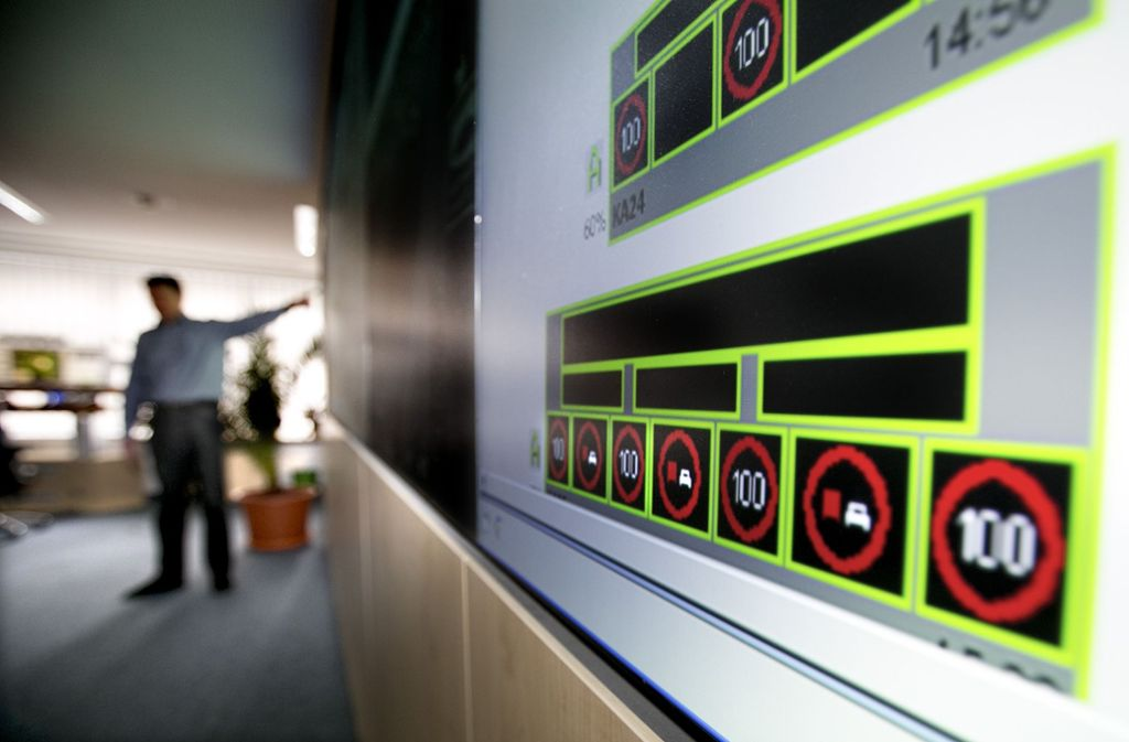 In der Zentrale der Streckenbeeinflussungsanlage. Leider kann die Technik die alten Blechschilder nicht komplett ersetzen – trotz Kosten von 24 Millionen Euro. Foto: Horst Rudel