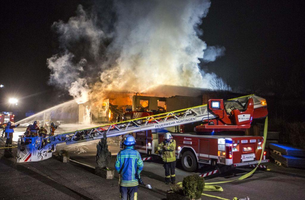 Die Feuerwehr bekämpft den Brand in einer Lagerhalle in Frickenhausen. Foto: 7aktuell.de/Simon Adomat