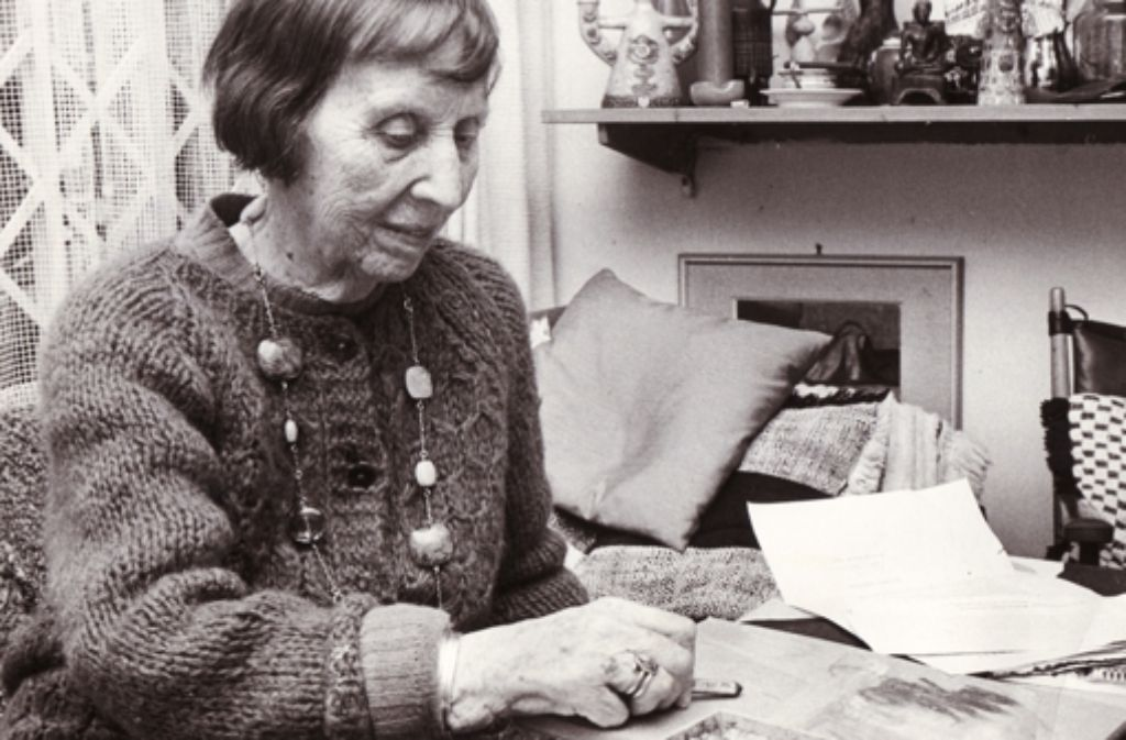 """Ida Kerkovius in ihrer Wohnung. Auch sie ist Teil der """"Stuttgarter Damenklasse"""". Foto:"""