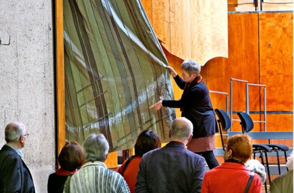 Der Vorhang aus Seide bleibt fast immer hinter der Vertäfelung. Die Historikerin Carola Franke-Höltzermann präsentiert ihn bei ihrer Führung dem Publikum. Foto: Horst Rudel