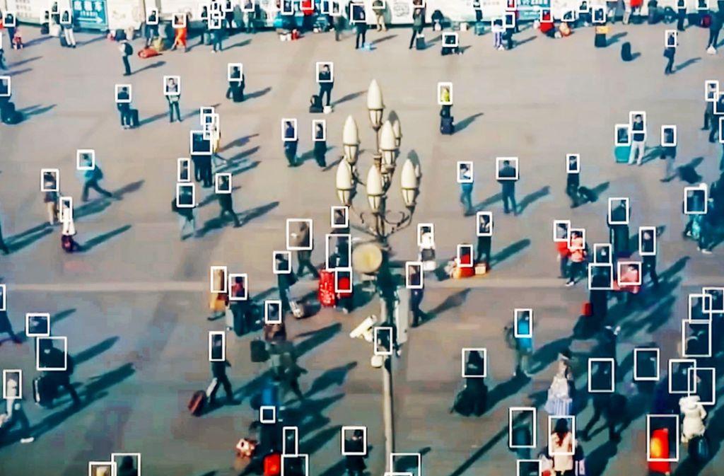 Vielerorts schon Realität: Kameras beobachten den öffentlichen Raum, und Software zur Gesichtserkennung  protokolliert genau, wer wann wo mit wem gelaufen ist. Foto: Capa Presse