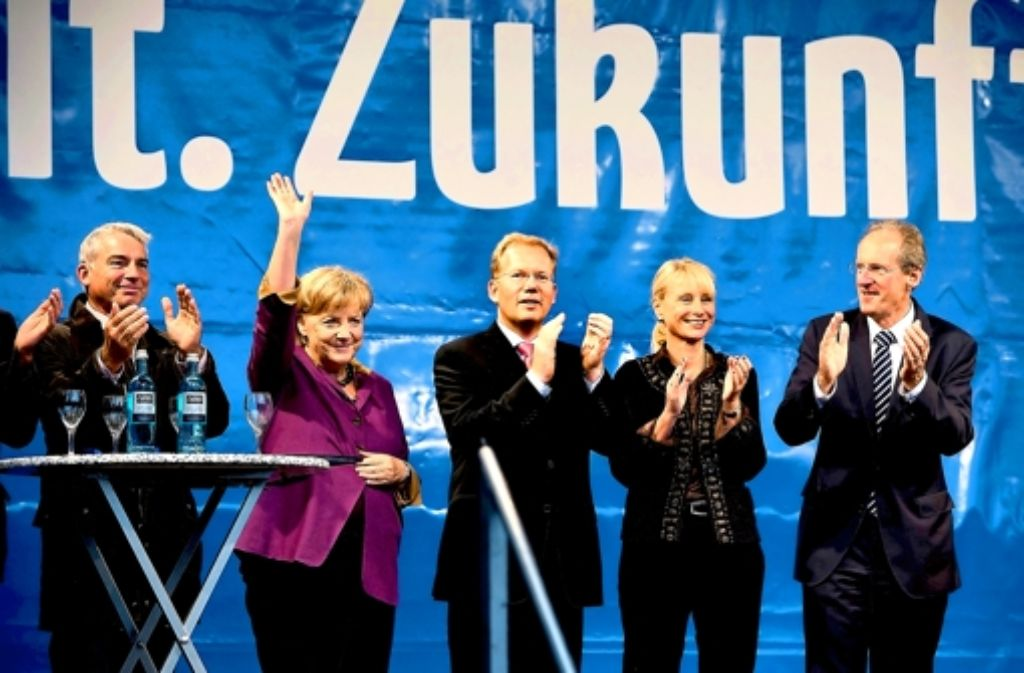 CDU-Wahlkundgebung: Landeschef Thomas Strobel, Kanzlerin Angela Merkel, Kandidat Sebastian Turner, Bundestagsabgeordnete Karin Maag, OB Wolfgang Schuster. Foto: Steinert