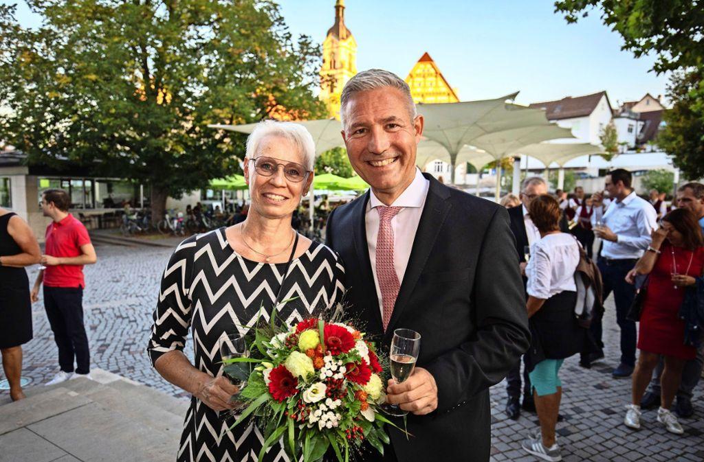 Ingo Hacker freut sich mit seiner Frau Petra über  seine Wiederwahl. Er erhielt  rund 77,9 Prozent der  Stimmen. Foto: Michael Steinert