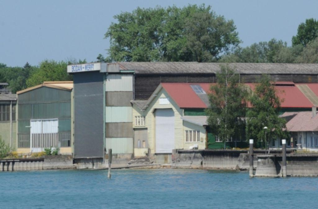 Die Hallen der Pleite gegangenen Werft am Bodensee – jetzt wurden Ideen für eine Wohnbebauung präsentiert, die zumindest den Denkmalschutz zufriedenstellen. Foto: dpa