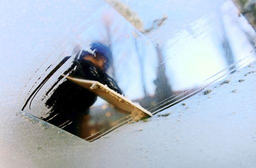 Auto mit vereister Scheibe erfasst Schüler
