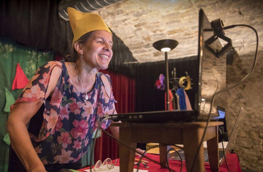 Renate Großmann kommuniziert mit ihren jungen Theaterschülern über eine Internetplattform. Foto: Frank Eppler