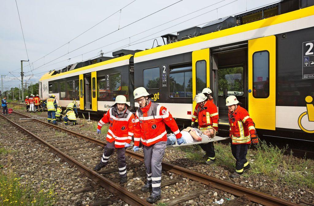Die Rettungskräfte müssen eine komplexe Unfalllage in den Griff bekommen. Foto: