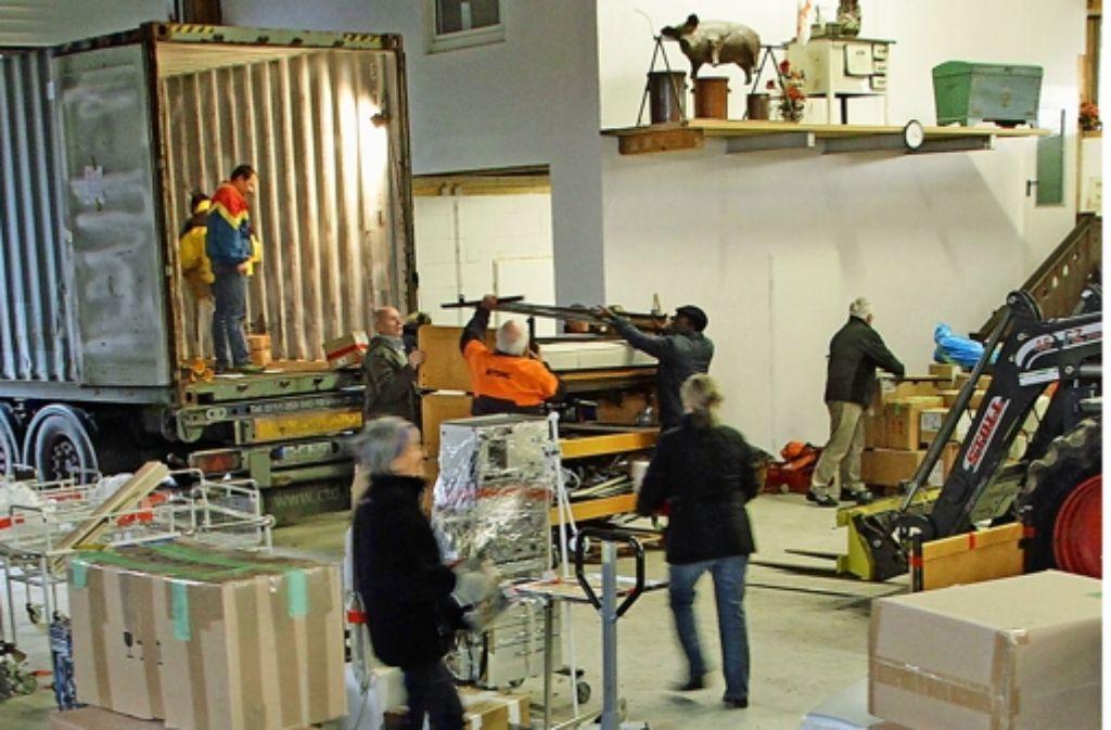 Helfer packen 7000 Kilogramm Hilfsgüter ein. Foto: factum/Bach