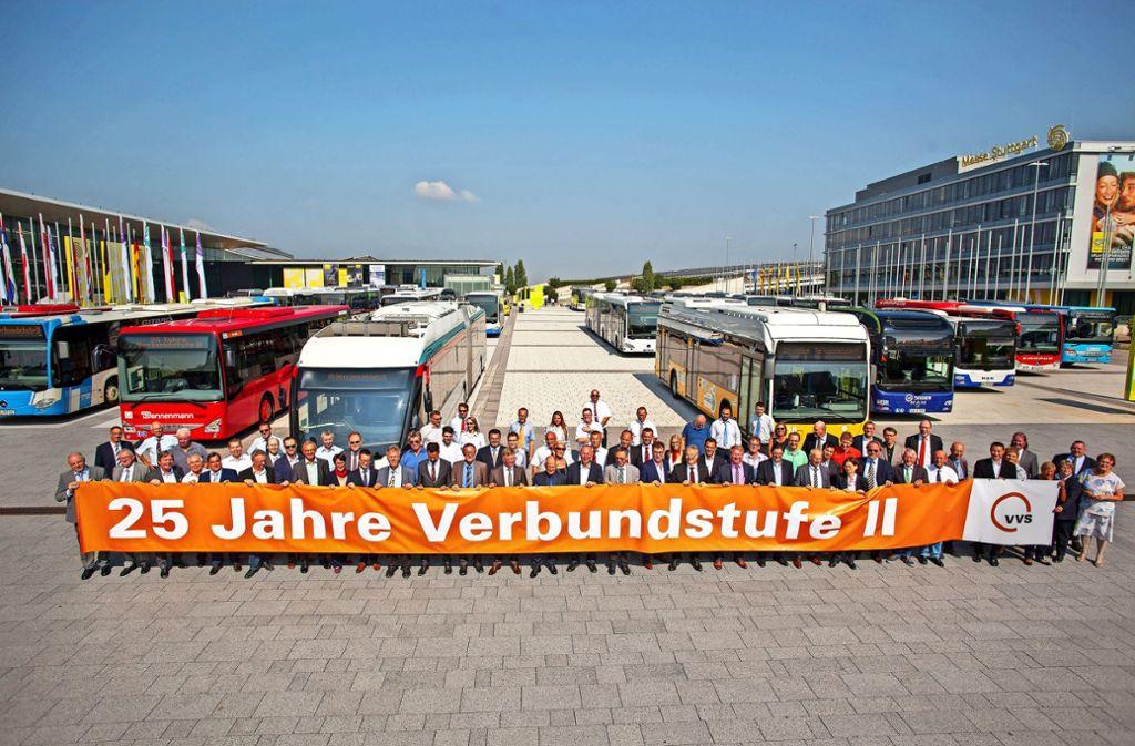 Gruppenbild mit Bussen: Der VVS feiert 25 Jahre Verbundstufe II. Foto: Lichtgut/Leif Piechowski