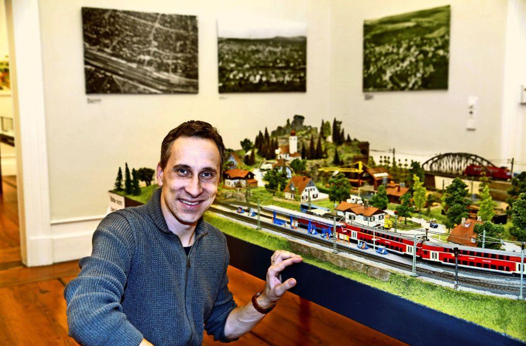 Der Archivar Stefan Lang hat  die Ausstellung zur Eisenbahn-Geschichte im Kreis Göppingen  konzipiert – und jetzt ein Buch darüber veröffentlicht. Foto: Horst Rudel