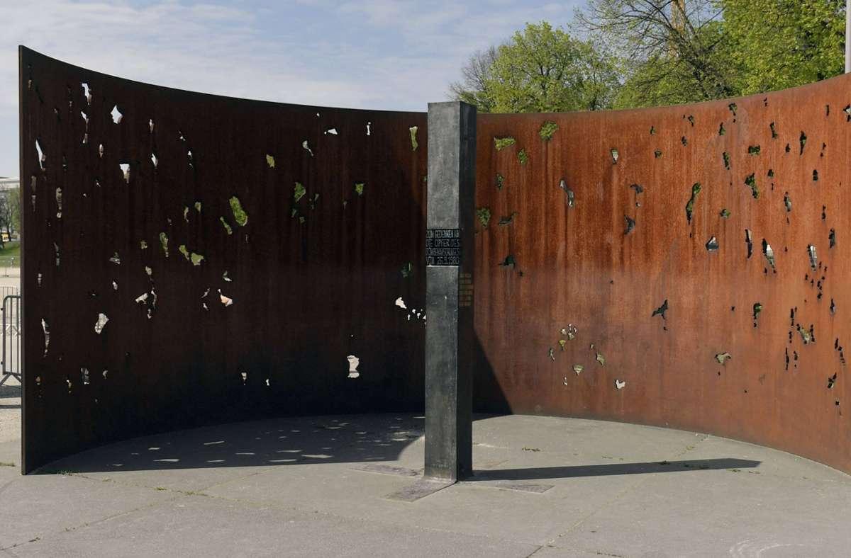 Ein Denkmal erinnert an das Oktoberfestattentat München 1980 . Foto: imago images/MiS/Bernd Feil/M.i.S. via www.imago-images.de