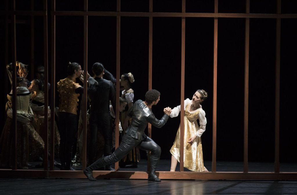 """Szene aus Bridget Breiners """"Romeo und Julia""""-Ballett, das als Gastspiel ins Ludwigsburger Forum am Schlosspark kommt. Foto: Costin Radu, Musiktheater im Revier"""