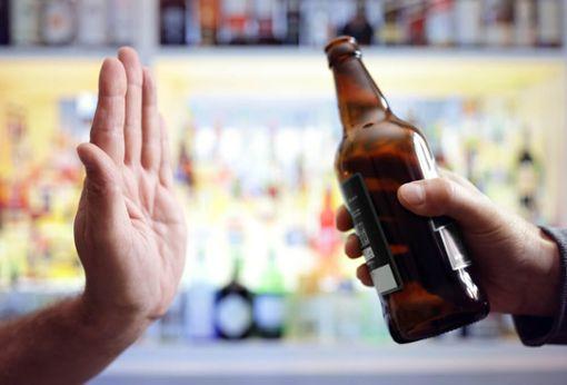 Bild mit Hand, die Bierflasche ablehnt.