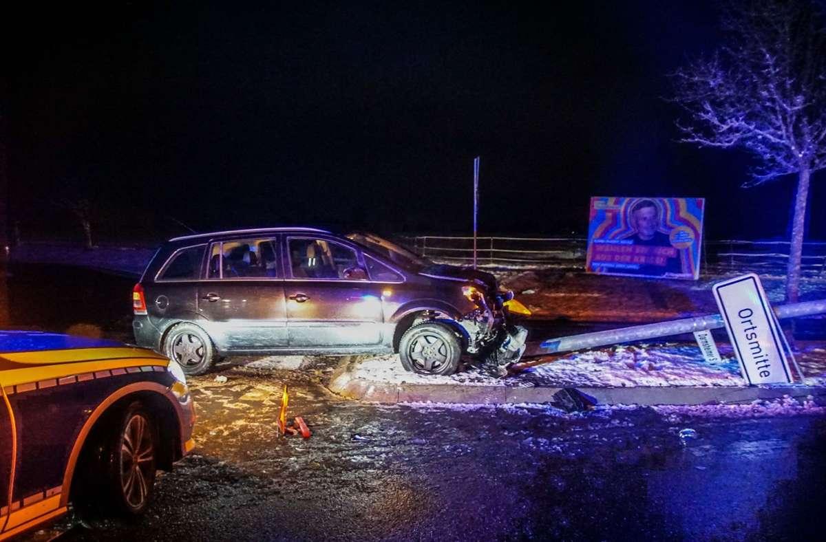Nachdem der Fahrer über die Verkehrsinsel fuhr, prallte er gegen die Straßenlaterne Foto: SDMG/Dettenmeyer