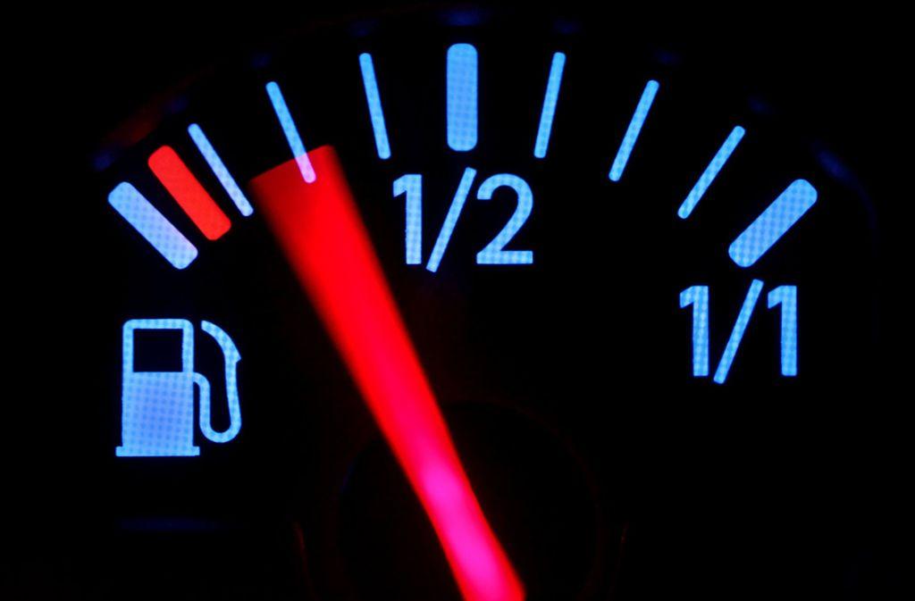 Auch Neuwagen verbrauchen mehr, als die Hersteller angeben. Die Mehrausgaben für den zusätzlichen Sprit betragen für einen durchschnittlichen Autofahrer rund 400 Euro pro Jahr. Foto: dpa-Zentralbild