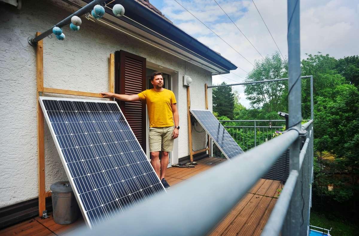 Patrice Heller auf dem Balkon mit seinem steckbaren Solar-Gerät Foto: Lichtgut/Max Kovalenko