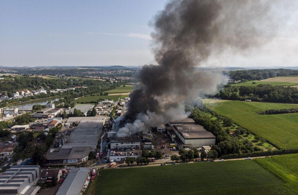 Im Remsecker Stadtteil Aldingen brennt eine Halle. Verletzte gibt es keine. Foto: 7aktuell.de/Simon Adomat