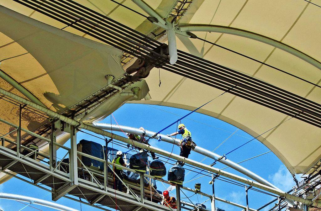 Nach 25 Jahren wird das Dach ausgetauscht. Dabei werden die 40 Segmente  ausgetauscht. Das neue Dach ist speziell beschichtet und soll noch länger halten. Foto: Lg/Willikonsky