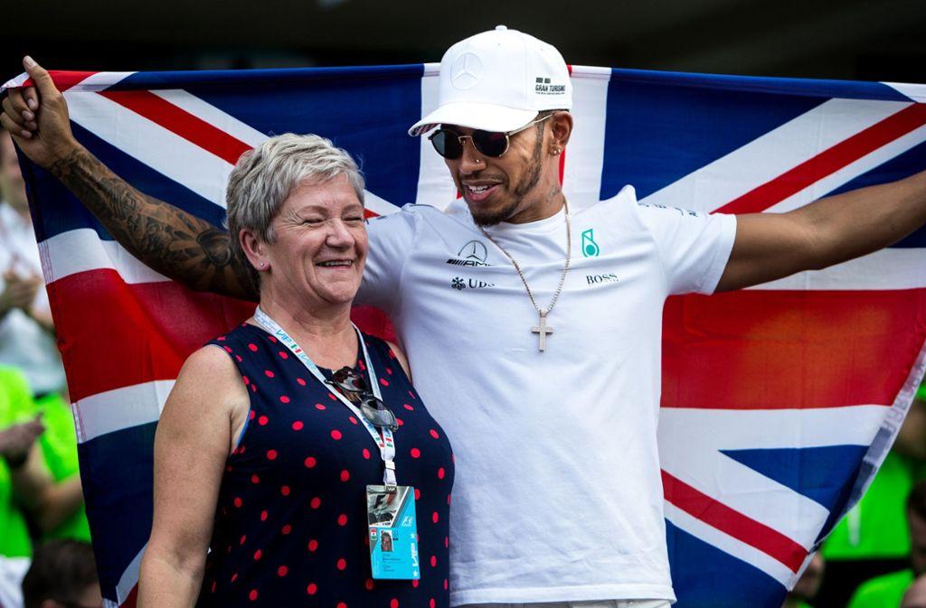 Der Brite Lewis Hamilton freut sich über seinen sechsten WM-Titel zusammen mit seiner Mutter Carmen Larbalestier. Foto: dpa/Pa