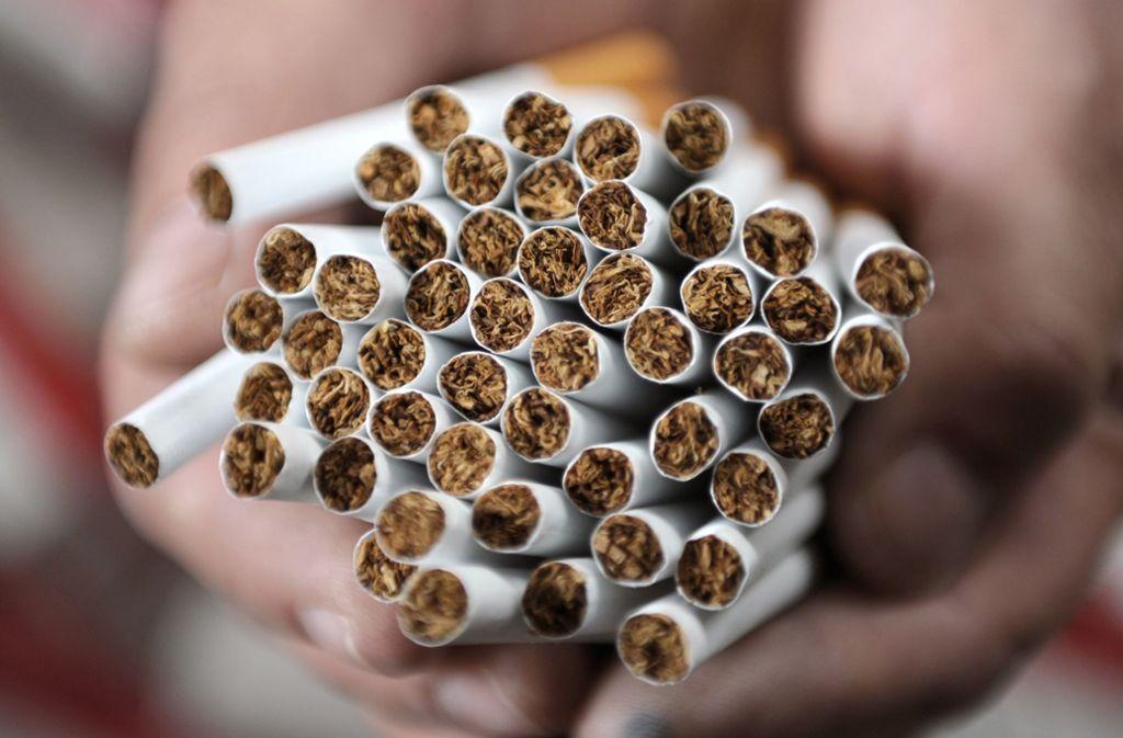 Der Steuerschaden der gestohlenen Zigaretten soll bei der Sicherstellung knapp eine Million Euro betragen haben. (Symbolfoto) Foto: dpa/Christian Charisius