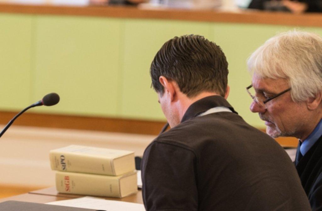 Der Angeklagte (links) bespricht sich im Freiburger Amtsgericht mit seinem Anwalt. Foto: dpa