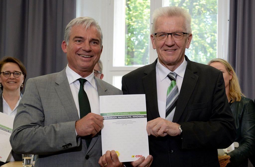Ministerpräsident Winfried Kretschmann (Grüne, rechts) liegt in der Wählergunst deutlich vor seinem Vize Thomas Strobl (CDU). Das sagen jedenfalls die Meinungsforscher. Das Foto zeigt die beiden bei der Präsentation des grün-schwarzen Koalitionsvertrags im Jahr 2016. Foto: dpa