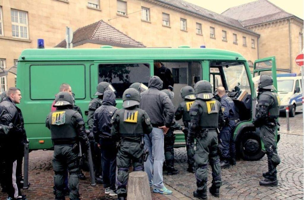 Die Polizei war vor dem Spiel im April 2016 mit einem massiven Aufgebot im Einsatz und nahm 300 Dortmund-Fans in Gewahrsam. Foto: 7aktuell/Reichert