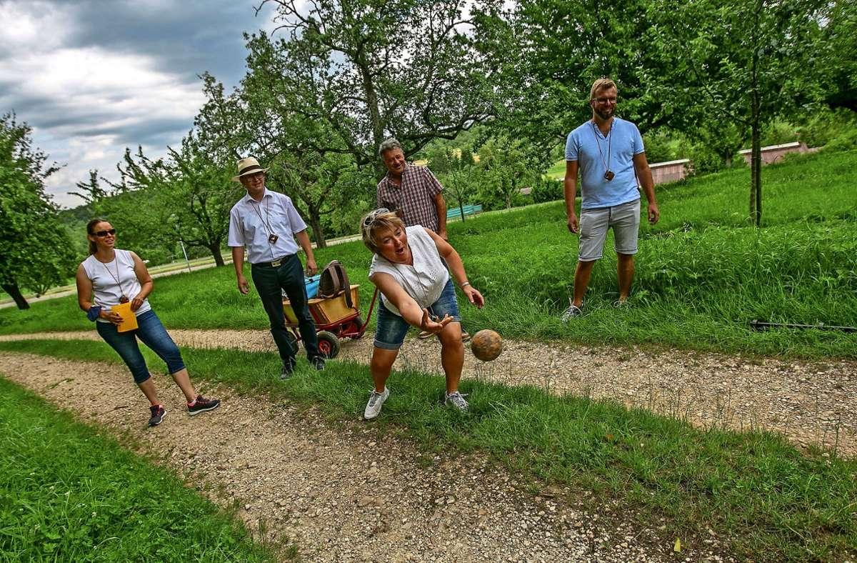 Annette Haußmann hat den Bogen raus. Beim Burlen ist Körpereinsatz gefragt. Immer wieder rollen die Kugeln ins hohe Gras. Foto: Roberto Bulgrin