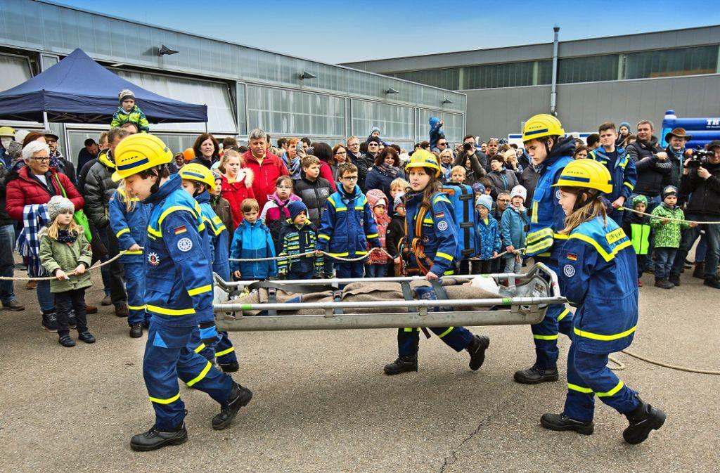 Die Jugendgruppe zeigt dem Publikum ihr Können im Rahmen einer Schauübung im Hof des Technischen Hilfswerks im Stauferpark. Foto: Horst Rudel