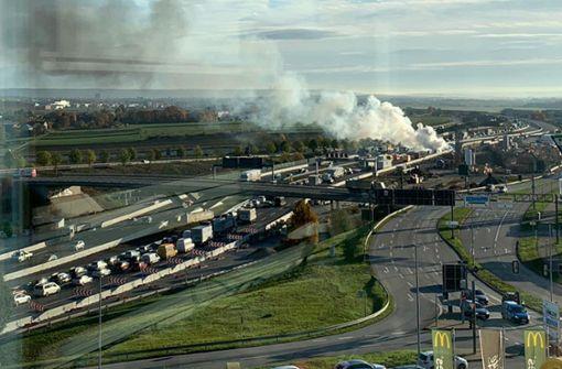 Lastwagen fängt Feuer – Große Rauchwolke sorgt für Behinderungen